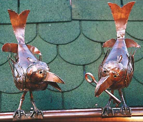 """Skulpturen """"Zwei Raben auf Dachrinne"""", Kupfer"""