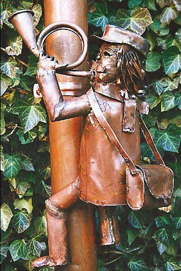 """Skulptur """"Postbote für Fallrohr"""", Kupfer"""