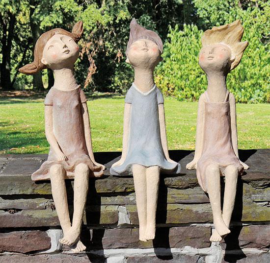 "3 Gartenskulpturen ""Kantenhocker-Mädchen"" im Set"