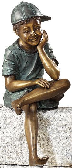 Gartenskulptur 'Sitzender Junge', Kupferlegierung