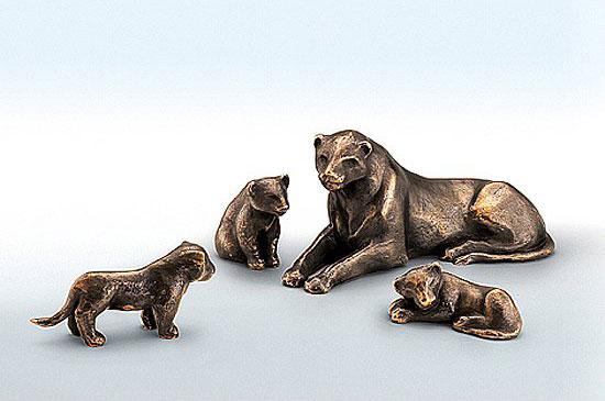 """Skulptur """"Sitzendes Löwenkind"""" (hinten links auf Abbildung), Bronze"""