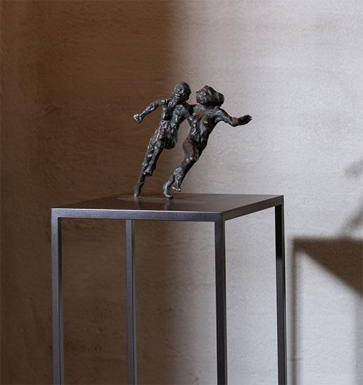 """Skulptur """"Connected"""", Bronze auf Stele"""