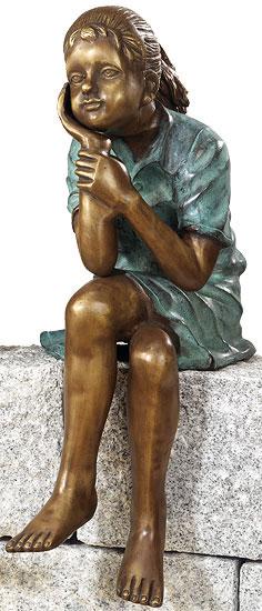 Gartenskulptur 'Sitzendes Mädchen', Kupferlegierung