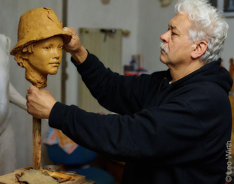 Der Künstler Leo Wirth bei der Arbeit