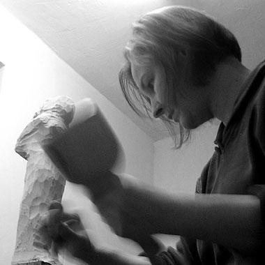 Die deutsche Bildhauerin Angelika Kienberger in Aktion