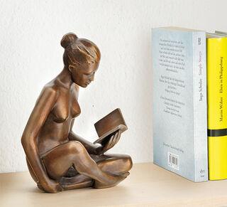 """Skulptur """"Lesende"""" (2018), Bronze"""