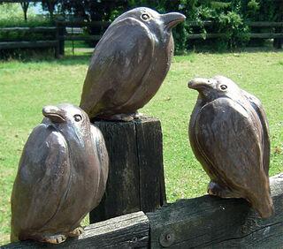 "Drei Gartenskulpturen ""Raben"" im Set"
