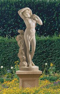 """Gartenskulptur """"Die Badende"""" mit Sockel, Kunstmarmor"""