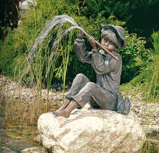 """Gartenskulptur / Wasserspeier """"Flötenspielender Hans im Glück"""" (Version mit Stein), Bronze"""