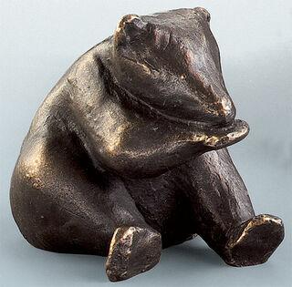 """Skulptur """"Sich putzendes Eisbären-Kind"""", Bronze"""